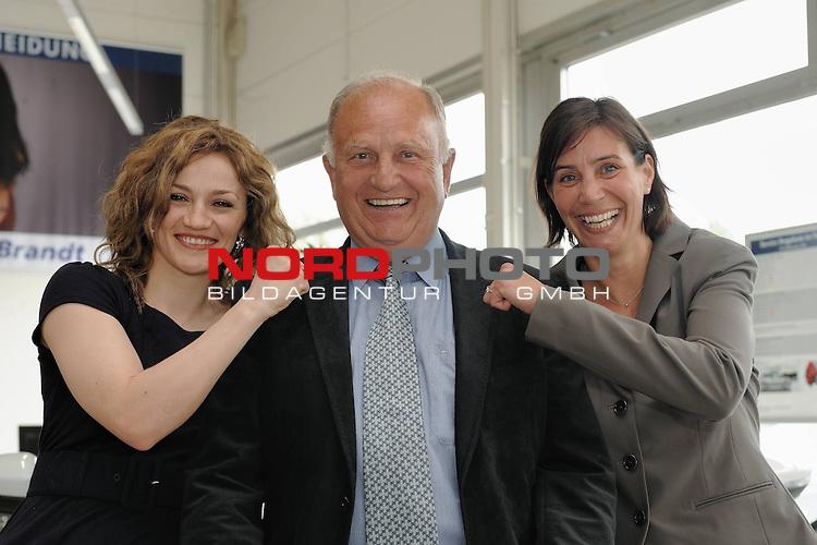 Universum Champions Night - Pressekonferenz / Press Conference  AUTOHAUS BRANDT - Bremen 27.04.2009<br /> <br /> WIBF- und WBC-Federgewichts-Weltmeisterin Ina Menzer GER )  gegen Franchesca &bdquo;The chosen one&ldquo; Alcanter ( USA )<br /> <br /> Ina MENZER ( WIBF- und WBC-Federgewichts-Weltmeisterin - GER )  J&uuml;rgen L. Born ( EX - Vorsitzender der Gesch&auml;ftsf&uuml;hrung und Gesch&auml;ftsf&uuml;hrer Finanzen und &Ouml;ffentlichkeitsarbeit - Werder Bremen ) und Stephanie von Ahsen - Autohaus Brandt Bremen<br /> <br /> <br /> Foto &copy; nph (  nordphoto  )