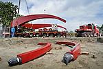 UTRECHT - In Utrecht wordt de transportwagens onder de 110 ton zware balans van de Rode Brug verwijderd voor montage van de trekstangen(op de voorgrond).  In opdracht van de gemeente zijn het wegdek en deze balans van de Rode Brug maandagavond vanaf de Industriehaven op Lage Weide, naar de Marnixbrug getransporteerd waar de val(wegdek) op een ponton is gezet en de balans per vrachtwagen is doorgereden. De nieuwe door bouwcombinatie Ippel-Jansen Venneboer gebouwde brug vervangt de uit 1890 daterende Rode Brug over de Vecht, en wordt niet alleen breder maar ook moderner vormgegeven. Om het verkeer niet teveel te hinderen zijn de 40 ton zware val en de 100 ton zware rode balans 's avonds vervoerd waarbij diverse lantaarnpalen en verkeerslichten even verwijderd moesten worden om het tien meter brede transport mogelijk te maken. De opbouw van de brug is dinsdag begonnen. COPYRIGHT TON BORSBOOM