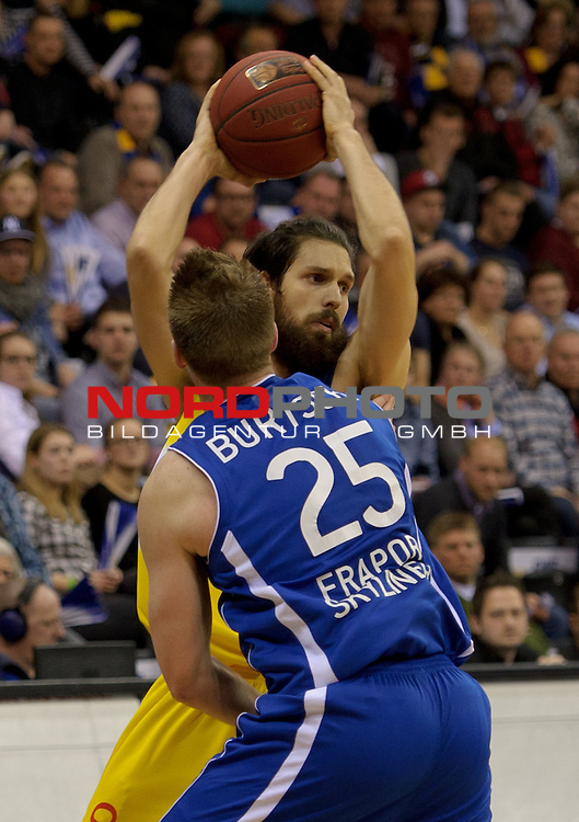 21.02.2015, EWE Arena, Oldenburg, GER, BBL, EWE Baskets Oldenburg vs FRAPORT SKYLINERS, im Bild Jacob Burtschi (Skyliners #25), Nemanja Aleksandrov (Oldenburg #32)<br /> <br /> Foto &copy; nordphoto / Frisch