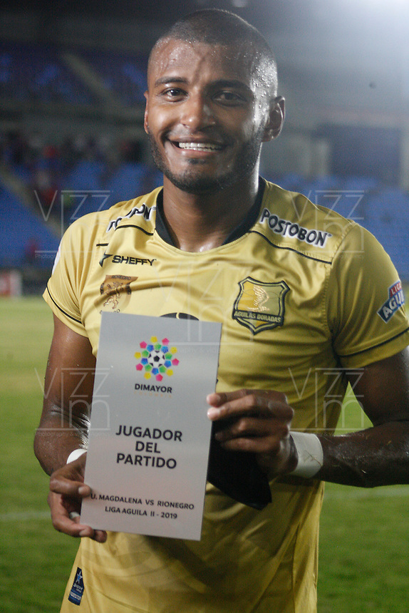 SANTA MARTA - COLOMBIA, 06-10-2019: Carlos Ramirez recibe el premio al mejor jugador después del partido por la fecha 15 de la Liga Águila II 2019 entre Unión Magdalena y Rionegro Águilas jugado en el estadio Sierra Nevada de la ciudad de Santa Marta. / Carlos Ramirez receives the best player prize after match for the date 15 as part Aguila League II 2019 between Union Magdalena and Rionegro Aguilas played at Sierra Nevada stadium in Santa Marta city. Photo: VizzorImage / Gustavo Pacheco / Cont