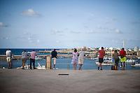 Più di 300 clandestini hanno trovato la morte a poco meno di un miglio dalle coste di Lampedusa. Turisti in vacanza a Lampedusa osservano le oprrazioni di soccorso della Capitaneria di portodi Lampedusa.