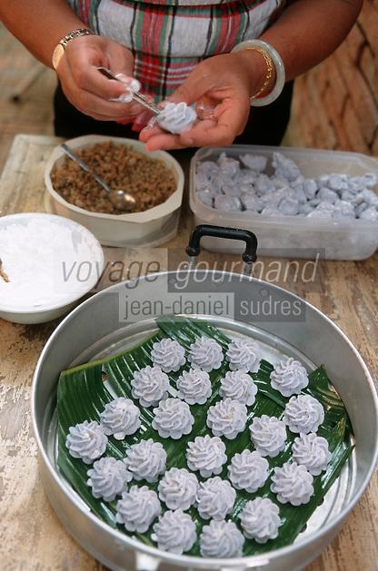 """Thaïlande/Bangkok: Préparation de """"l'entrée royale"""", pâte à base de farine de riz coloré et farce à base de poulet et crevette, racine de coriandre - lors de la réception chez Mr SUN antiquaire import/Export"""