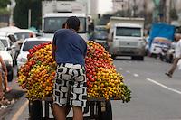 Pupunha e mandioca.<br /> <br /> Considerada a maior feira livre da América Latina, o Ver-o-Peso comercializa variados tipos de alimentos e ervas medicinais vindos do interior do estado. O nome do mercado tem relação com o antigo sistema de comércio implantado no país onde era necessário o rígido controle alfandegário na Amazônia. Para isso, o peso das mercadorias era conferido para cobrar os impostos para a coroa portuguesa. Hoje, além de ser um cartão postal paraense, Ver-o- Peso é mais uma opção de lazer e comércio para moradores e turistas da região.<br /> <br /> O município de Belém,  capital do estado do Pará, outrora denominada Santa Maria de Belém do Grão Pará, foi fundada em 12 de janeiro de 1616 pelo capitão Francisco Caldeira Castelo Branco. De acordo com estimativa do censo 2010 do IBGE a cidade  tem hoje  cerca de 1.402.056 habitantes,    distribuídos entre seu núcleo urbano e suas 39 ilhas.  A região Metropolitana de Belém  conta com mais de 2,3 milhões de habitantes, e tem hoje a maior população metropolitana da Amazônia sendo uma das cidades mais antigas da região.  Situada entre a baia do Guajará e o rio Guamá Latitude:01° 23'.6 Sul Longitude: 048° 29'.5 Oeste. <br /> Belém, Pará, Brasil<br /> Foto Paulo Santos<br /> 11//01/2012