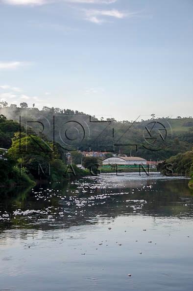 Rio Tietê às margens da cidade de Pirapora do Bom Jesus - SP, 04/2014. cidade situada na margem do Rio Tietê poluido - área metropolitana de São Paulo.