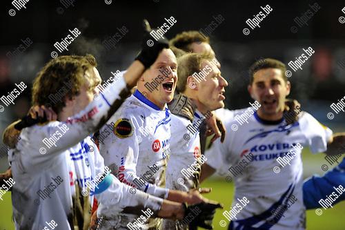 2011-12-18 / Voetbal / seizoen 2011-2012 / KSK Heist - Sp. Sint-Niklaas / Bram Criel viert de overwinning..Foto: Mpics.be