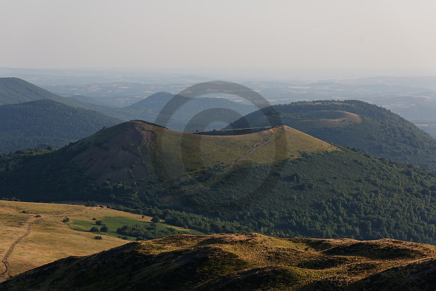 16/07/15 - SOMMET DU PUY DE DOME - PUY DE DOME - FRANCE - Vue Nord de la Chaine des Puys, Puy de Pariou - Photo Jerome CHABANNE