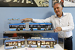 Foto: VidiPhoto<br /> <br /> ARNHEM – De 'gloednieuwe' nieuwe Arnhemse trolleybus 2.0 kan minimaal 10 km zonder bovenleiding rijden, dankzij een accu. Een proef met twee omgebouwde voertuigen, die inmiddels ook worden ingezet om passagiers te vervoeren, is een groot succes. Openbaarvervoersbedrijf Connexxion/Breng/Hermes wil op korte termijn twaalf van de veertien trolleybussen laten ombouwen om zo ook in de nabije regio te kunnen rijden op electriciteit. De Arnhemse trolleybus bestaat 70 jaar. In 2025 moet het openbaar vervoer in de Arnhemse binnenstad volledig emissieloos zijn. Bedenker van het nieuwe systeem is projecteider Hans Aldenkamp (foto) van Connexxion.
