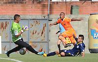 ENVIGADO -COLOMBIA-21-02-2015. Angello Rodriguez (C Der) jugador de Envigado FC dispara para gol en frente de Sebastian Lopez (Izq) arquero y Mauro Manotas (Der) jugador de Uniautonoma durante partido por la fecha 5 de la Liga Águila I 2015 realizado en el Polideportivo Sur de la ciudad de Envigado./ Angello Rodriguez (L) player of Envigado FC shoot to score goal in front of Sebastian Lopez (L) goalkeeper and Mauro Manotas (der) player of Uniautonoma during match for the 4th date of the Aguila League I 2015 at Polideportivo Sur in Envigado city.  Photo: VizzorImage/León Monsalve/STR