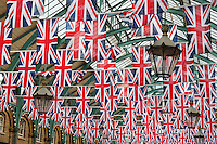 United Kingdom, England, London: Covent Garden market with Union Jacks | Grossbritannien, England, London: Covent Garden mit Union Jacks