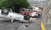 Querétaro, Qro. 23 de junio de 2017.- Vuelca camioneta de leche en camino real de carretas en Milenio, el conductor resultó lesionado, el exceso de velocidad y pavimento mojado la causa del accidente.