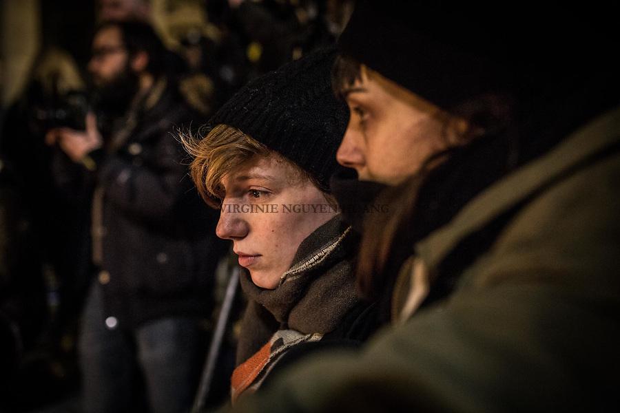 BRUXELLES, BELGIQUE: Un jeune couple devant la Bourse de Bruxelles a rejoint le rassemblement de solidarité envres les victimes des attentats  le 22 mars 2016. Dans la matinée du 22 mars 2016 des attaques ont eu lieu à l'aeroport de Zaventem et dans la station de métro de Mealbeek. Ces attaques terroristes ont fait 31 morts et 340 blessés à Bruxelles.