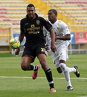 BOGOTA -COLOMBIA. 1-03-2014.  Jose Moya(Izq)  de Fortaleza F.C. disputa el balon contra Jose Moreno  de La Equidad partido por la novena  fecha de La liga Postobon 1 disputado en el estadio Metropolitano de Techo . /    Jose Moya (L) of Fortaleza F.C.  fights the ball  against Jose Moreno of  La Equidad  of  nine round during the match  of The Postobon one league  at the Metropolitano of Techo Stadium . Photo: VizzorImage/ Felipe Caicedo / Staff