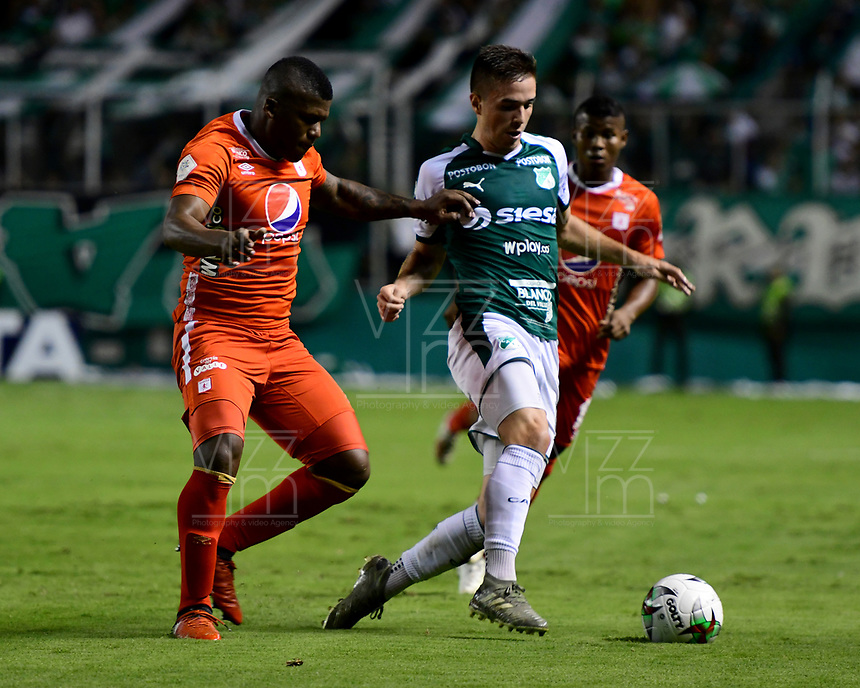 PALMIRA - COLOMBIA, 20-11-2019: Agustin Palavecino del Cali disputa el balón con Marlon Torres de America durante partido entre Deportivo Cali y América de Cali por la fecha 4, cuadrangulares semifinales, de la Liga Águila II 2019 jugado en el estadio Deportivo Cali de la ciudad de Palmira. / Agustin Palavecino of Cali vies for the ball with Marlon Torres of America during match between Deportivo Cali and America de Cali for the date 4, quadrangulars semifinals, as part of Aguila League II 2019 played at Deportivo Cali stadium in Palmira city. Photo: VizzorImage / Nelson Rios / Cont