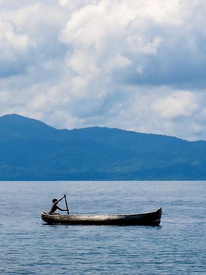 Indígenas guna / indígena remando en comarca de Guna Yala, Panamá.