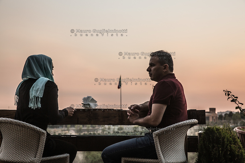 coppia al tavolo del Golf Club di Teheran <br />