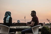 coppia al tavolo del Golf Club di Teheran <br /> Couple at the table at Golf Club Tehran