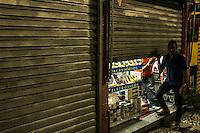 SÃO PAULO, SP, 05.11.2014 - ATO PELA FALTA DE ÁGUA EM SÃO PAULO - Manifestantes realizam passeata na região central  devido a falta de água em São Paulo, na noite desta quarta-feira (5). (Foto: Taba Benedicto/ Brazil Photo Press)