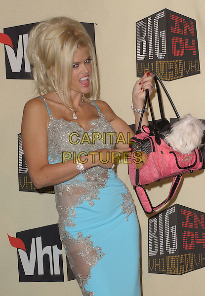 ANNA NICOLE SMITH.The VH1 Big in 04  Award Show held at The Shrine Auditorium in Los Angeles, California .December 1, 2004.half length, blue dress, bag, purse, pointing, gesture.www.capitalpictures.com.sales@capitalpictures.com.Supplied by Capital Pictures