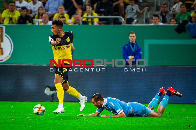 09.08.2019, Merkur Spiel-Arena, Düsseldorf, GER, DFB Pokal, 1. Hauptrunde, KFC Uerdingen vs Borussia Dortmund , DFB REGULATIONS PROHIBIT ANY USE OF PHOTOGRAPHS AS IMAGE SEQUENCES AND/OR QUASI-VIDEO<br /> <br /> im Bild | picture shows:<br /> Jadon Sancho (Borussia Dortmund #7) im Duell mit Kevin Grosskreutz (KFC Uerdingen #6), <br /> <br /> Foto © nordphoto / Rauch