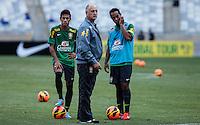 BELO HORIZONTE, MINAS GERAIS, 22 DE ABRIL 2013 - TREINO SELEÇÃO BRASILEIRA DE FUTEBOL - Neymar (E), Felipão (C) Ronaldinho Gaucho (D) da seleção brasileira de futebol durante sessão de treinamento na Minas Arena (Mineirão), na tarde desta terça-feira, 22. Amanhã o Brasil enfrenta o Chile no mesmo local. FOTO: WILLIAM VOLCOV / BRAZIL PHOTO PRESS.