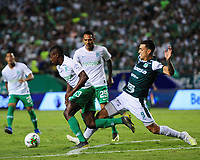 PALMIRA - COLOMBIA, 26-05-2019: Juan Ignacio Dinenno del Cali disputa el balón con Helibelton Palacios de Nacional durante partido entre Deportivo Cali y Atlético Nacional por la fecha 4, cuadrangulares semifinales, de la Liga Águila I 2019 jugado en el estadio Deportivo Cali de la ciudad de Palmira. / Juan Ignacio Dinenno of Cali vies for the ball with Helibelton Palacios of Nacional during match between Deportivo Cali and Atletico Nacional for the date 4, semifinal quadrangulars, as part Aguila League I 2019 played at Deportivo Cali stadium in Palmira city.  Photo: VizzorImage / Nelson Rios / Cont