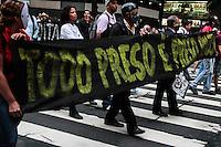 """RIO DE JANEIRO; RJ; 31.10.2013 - Colunas de manifestantes andam pela Avenida Rio Branco, centro da cidade, durante  manifestação chamada """"Grito de Liberdade"""" para reclamar pelas prisões e desaparições no Rio de Janeiro. FOTO: NÉSTOR J. BEREMBLUM - BRAZIL PHOTO PRESS"""