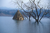 INDIA, Gujerat, tribal village Manibeli, submerged Hindu temple in reservoir of Sardar Sarovar dam at Narmada river, the worldbank withdraw 1992 the financing assistance due to protest of NBA Narmada Bachao Andolan, movement to save the Narmada, as they claimed lack of adaquate resettlement and compensation of project affected Adivasi / INDIEN, Adivasi Dorf Manibeli, versunkener Hindutempel im Stausee des Sardar Sarovar Damm am Narmada Fluss, Weltbank stellte 1992 Finanzierung ein nach Protesten der NGO Narmada Bachao Andolan NBA, Bewegung zur Rettung der Narmada, wegen mangelnder Rehabilitation, Umsiedlung und Entschaedigung der Ureinwohner Adivasi