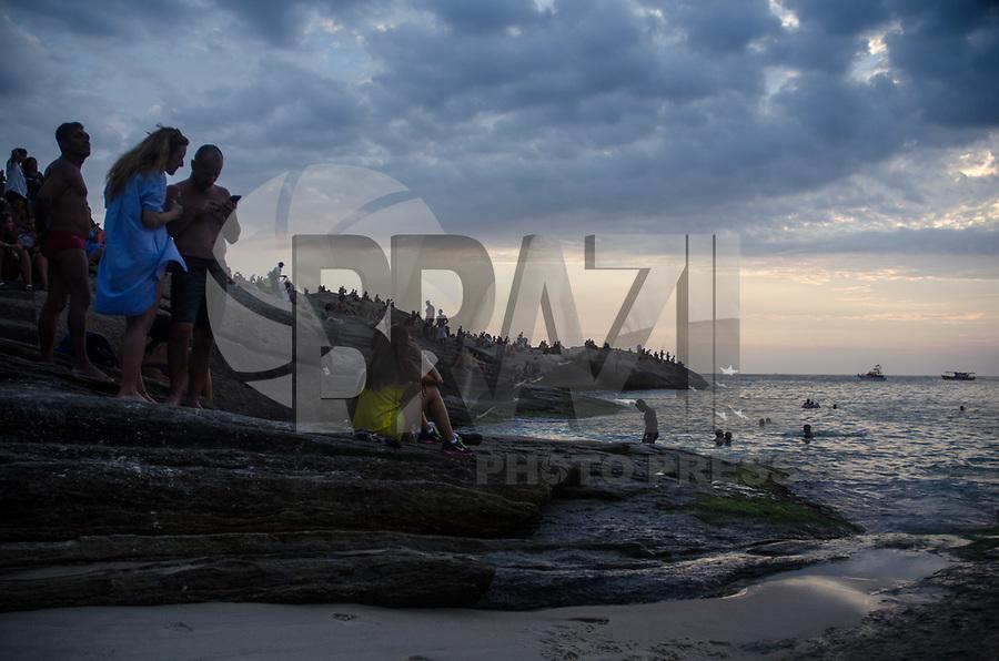 RIO DE JANEIRO,RJ, 24.01.2019 - CLIMA-RJ - Banhistas são vistos aproveitando o verão brasileiro na praia do Arpoador na cidade do Rio de Janeiro (Foto: Vanessa Ataliba/Brazil Photo Press)
