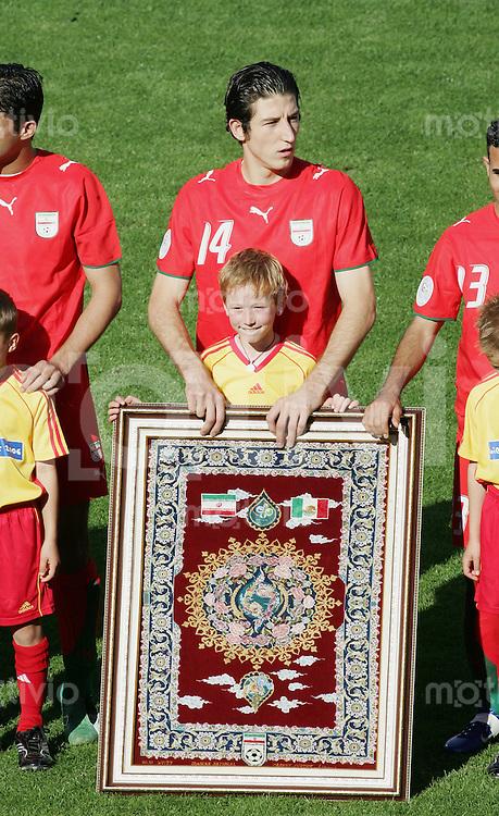 Fussball WM 2006 Vorunde Gruppe D Mexico - Iran Andranik TEYMOURIAN (IRN) mit Gastgeschenk -Teppich-