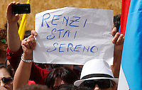 "Manifestazione sindacale in occasione dello sciopero contro la riforma della ""Buona Scuola"" a Roma, 5 maggio 2015.<br /> A protesters holds a sign reading 'Renzi be calm' aimed to Italian Premier Matteo Renzi, during a demonstration on the occasion of the strike summoned by unions against the government's school reform, in Rome, 5 May 2015.<br /> UPDATE IMAGES PRESS/Riccardo De Luca"