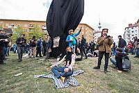 """Auf und rund um den Rosa-Luxemburg-Platz in Berlin-Mitte haben am Samstag den 25. April 2020 mehrere hundert Menschen gegen die Einschraenkungen im Zuge der Massnahmen zur Eindaeemung der Covid-19-Pandemie protestiert. Rechtsextremisten, Hooligans, Antisemiten, Verschwoerungstheoretiker und AfD-Politiker hatten zu einer sogenannten """"Hygiene-Demo"""" versammelt. Vereinzelt protestierten Menschen am Rande gegen diese Demonstration.<br /> Die Polizei war mit mehreren hundert Beamten im Einsatz und nahm mehr als 100 Personen fest.<br /> Im Bild: Ein Demosntrant tut so, als ob er meditiert, wozu die Organisatoren aufgerufen hatten, um ein Verbot der Demonstration zu umgehen.<br /> 25.4.2020, Berlin<br /> Copyright: Christian-Ditsch.de<br /> [NUR FUER REDAKTIONELLE ZWECKE! Werbung nur auf Anfrage beim Fotografen. Inhaltsveraendernde Manipulation des Fotos nur nach ausdruecklicher Genehmigung des Fotografen. Vereinbarungen ueber Abtretung von Persoenlichkeitsrechten/Model Release der abgebildeten Person/Personen liegen nicht vor. NO MODEL RELEASE! Don't publish without copyright Christian-Ditsch.de, Veroeffentlichung nur mit Fotografennennung, sowie gegen Honorar, MwSt. und Beleg. Konto: I N G - D i B a, IBAN DE58500105175400192269, BIC INGDDEFFXXX, Kontakt: post@christian-ditsch.de<br /> Bei der Bearbeitung der Dateiinformationen darf die Urheberkennzeichnung in den EXIF- und  IPTC-Daten nicht entfernt werden, diese sind in digitalen Medien nach §95c UrhG rechtlich geschuetzt. Der Urhebervermerk wird gemaess §13 UrhG verlangt.]"""