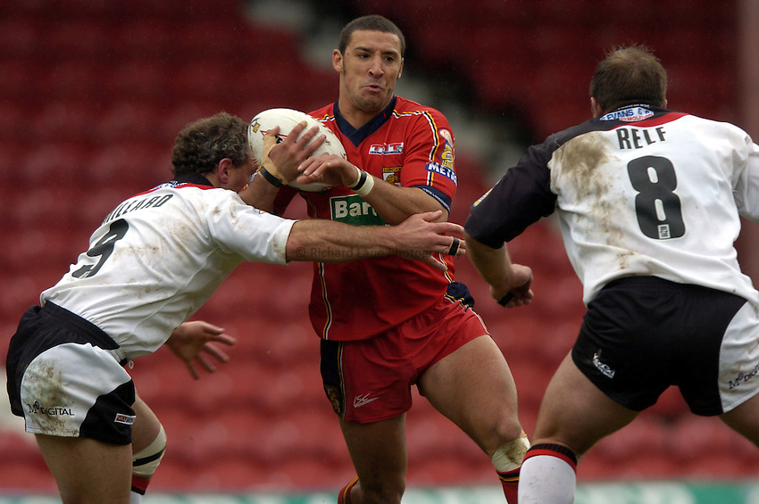 Photo: Richard Lane..London Broncos v Widnes Vikings. Tetleys Super League. 18/04/2004..Paul Sykes attacks.