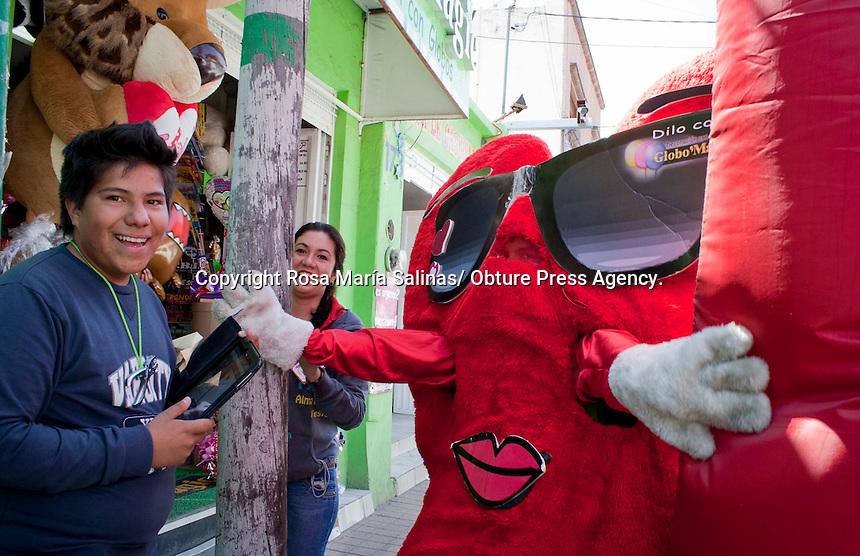 Quer&eacute;taro, Qro; 14 de febrero del 2014.-En las calles de la ciudad se vive el 14 de febrero d&iacute;a de San Valent&iacute;n o mejor conocido como d&igrave;a del amor y la amistad.El color rojo, as&iacute; como las flores, peluches y globos, entre otras cosas, es el panorama de las calles en este d&iacute;a. <br /> <br /> Foto: Rosa Mar&iacute;a Salinas/ Obture Press Agency.