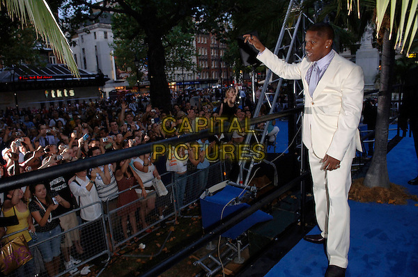 "JAMIE FOXX.European film premiere""Miami Vice"".Odeon cinema Leicester Square.27th July 2006 in London, England.Ref: FIN.full length waving to fans white suit.www.capitalpictures.com.sales@capitalpictures.com.©Steve Finn/Capital Pictures."