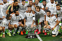 Real Madrid´s Sergio Ramos holds the Santiago Bernabeu Trophy after winning the match against Galatasaray at Santiago Bernabeu stadium in Madrid, Spain. August 18, 2015. (ALTERPHOTOS/Victor Blanco)