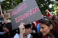 turchi manifestano , a Parigi,a favore delle proteste in Turchia contro Erdogan 3 giugno 2013