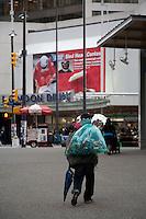 Olympiastadt Vancouver 2010..Ein Obdachloser beim Sammeln von Pfandflaschen mitten im Zentrum von Vancouver.