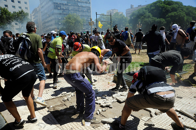 Demonstrators broke tiles from the ground to battle police during severe riots  while the Congress was discussing modifications in a  retirement law.