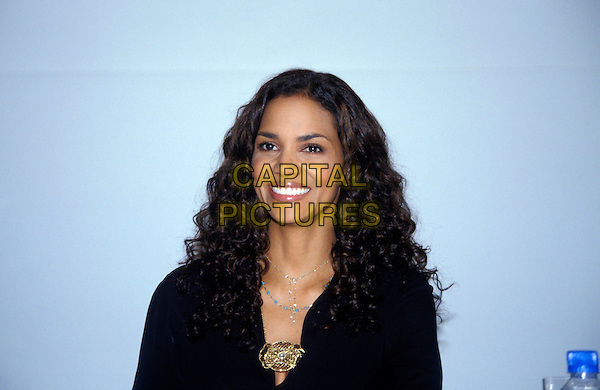 HALLE BERRY .March 2005.headshot portrait gold necklace brooch.www.capitalpictures.com.sales@capitalpictures.com.© Capital Pictures.