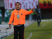 ENVIGADO -COLOMBIA-21-09-2014. Juan Carlos Sanchez técnico de Envigado FC gesticula durante partido con Independiente Santa Fe por la fecha 10 de la Liga Postobón II 2014 realizado en el Polideportivo Sur de la ciudad de Envigado./ Juan Carlos Sanchez coach of Envigado FC gestures during the match against Independiente Santa Fe for the 10th date of the Postobon League II 2014 at Polideportivo Sur in Envigado city.  Photo: VizzorImage/Luis Ríos/STR