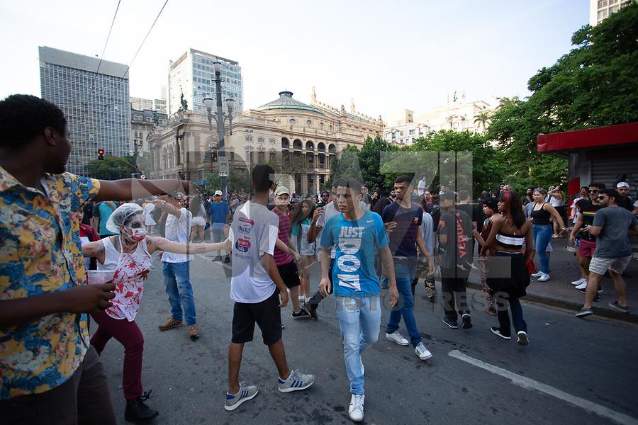 SÃO PAULO, SP, 02.11.2019 - ZOMBIE-WALK - Publico durante a Zombie Walk na região central de São Paulo neste sábado. 02. (Foto: Amauri Nehn/Brazil Photo Press)