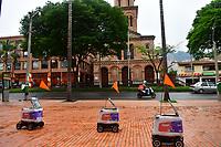 MEDELLIN - COLOMBIA, 21-04-2020: Robots de Kiwibot realizan prueba piloto de entrega a domicilio en el sector del Poblado en Medellín. Kiwibot y Rappi se unieron para iniciar el servicio de entregas a domicilio y evitar el contacto persona persona en Medellín durante el día 29 de la cuarentena total en el territorio colombiano causada por la pandemia  del Coronavirus, COVID-19. / Kiwibot robots carry out pilot tests of home delivery in the Poblado zone in Medellin. Kiwibot and Rappi joined forces to start the home delivery service and avoid person-to-person contact in Medellín during day 29 of total quarantine in Colombian territory caused by the Coronavirus pandemic, COVID-19. Photo: VizzorImage / Leon Monsalve / Cont