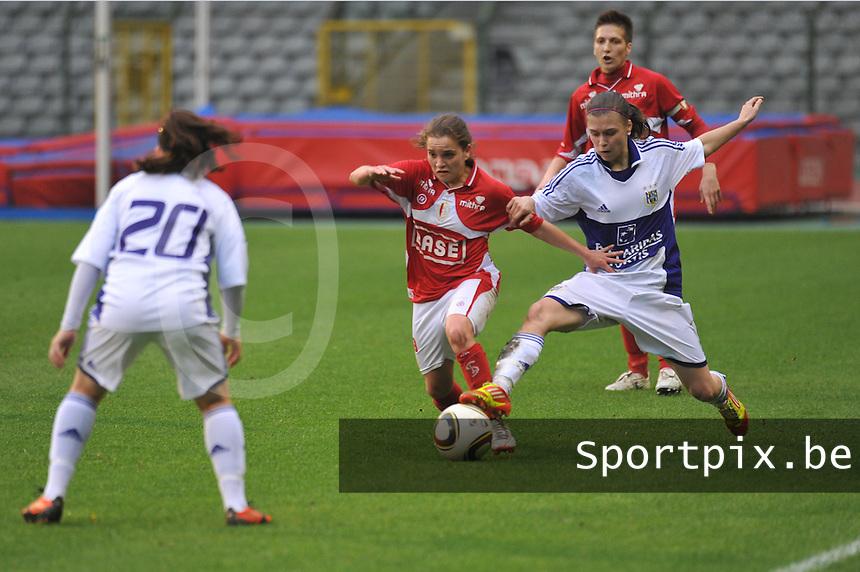 RSC Anderlecht Dames - Standard Femina de Liege : duel tussen Davina Philtjens en Anaelle Wiard.foto JOKE VUYLSTEKE / Vrouwenteam.be