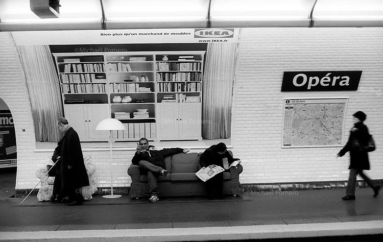 Paris (&icirc;le de france)<br /> <br /> Des parisiens attendant le metro sur des canap&eacute;s de IKEA a la station Opera.<br /> <br /> Parisians Waiting for the subway on IKEA sofas Opera station.