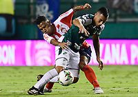 PALMIRA - COLOMBIA, 16-05-2019: Cristian Rivera del Cali disputa el balón con James Sanchez de Junior durante partido entre Deportivo Cali y Atletico Junior por la fecha 2, cudrangulares semifinales, de la Liga Águila I 2019 jugado en el estadio Deportivo Cali de la ciudad de Palmira. / Cristian Rivera of Cali vies for the ball with James Sanchez of Junior during match between Deportivo Cali and Atletico Junior for the date 2, semifinal quadrangular, as part of Aguila League I 2019 played at Deportivo Cali stadium in Palmira city.  Photo: VizzorImage/ Nelson Rios / Cont