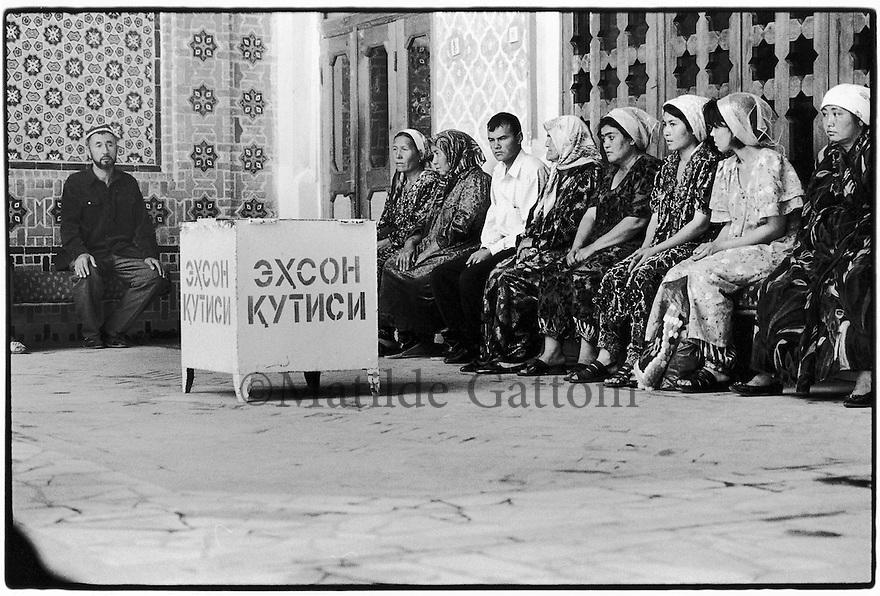 Uzbekistan - Tashkent - Prayer at Zengi Ata mausoleum.