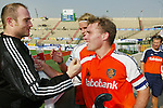 Champions Trophy Hockey mannen Nederland-Pakistan (4-1). Vreugde bij Oranje na afloop. De uitblinkende doelman Guus Vogels (l) wordt gefeliciteerd door Jeroen Delmee, die zijn 300ste interland speelde. Daarachter Floris Evers.