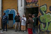SÃO PAULO, SP, 18.11.2014 - REINTEGRAÇÃO DE POSSE/ LARGO - Policiais Militares cumprem reintegração de posse em um predio, que pertence ao INSS, no Largo São Bento, região central de São Paulo, na manhã desta terça - feira (18). (Foto: Taba Benedicto/ Brazil Photo Press)