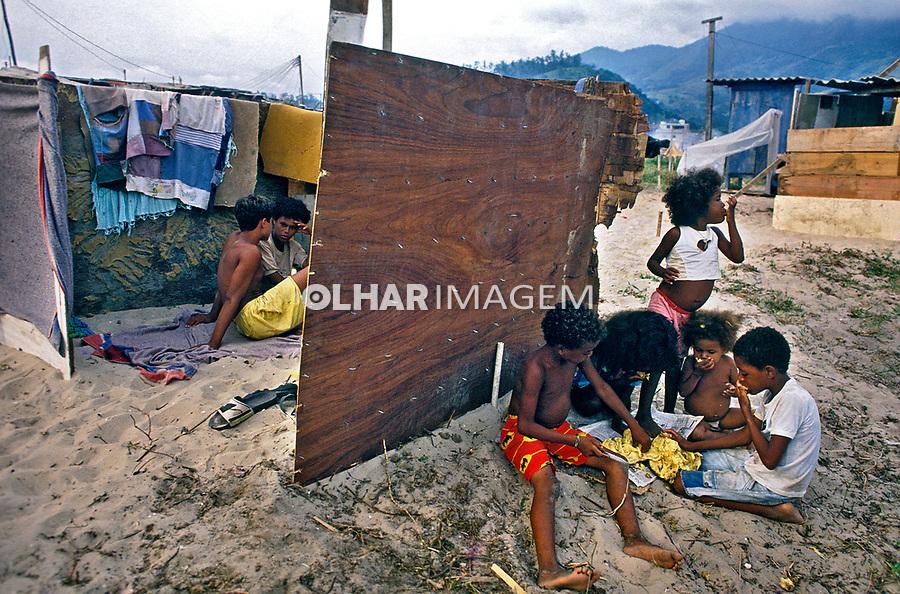 Ocupação de terreno em Jacarépagua, Rio de Janeiro. 1998. Foto de Ricardo Azoury.
