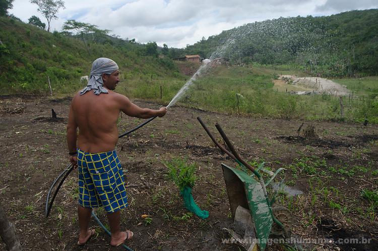 Comunidade Baixão, município de Almenara na região do baixo Jequitinhonha, Norte de Minas Gerais. Nessa região é possível encontrar três tipos de biomas: caatinga, cerrado e mata atlântica. A ASA Brasil, Articulação no Semiárido Brasileiro, tem implementado em diversas comunidades no Norte de Minas o Programa Uma Terra e Duas Águas (P1+2) e o Programa Um Milhão de Cisternas (P1MC) que tem como objetivo viabilizar a captação e armazenamento de água de chuva nessas comunidades para consumo humano, criação de animais e produção de alimentos. Entre os parceiros para implementação dos projetos tem destaque na região a Cáritas Diocesana de Almenara. Adimar José da Costa.